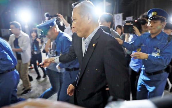 辞任表明の前夜、関係者との調整に追われ、都庁に戻る舛添都知事(2016年6月、東京都新宿区)