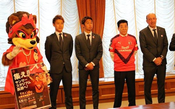大阪市の松井一郎市長(右から2人目)を表敬訪問したセレッソ大阪(17日、大阪市役所)