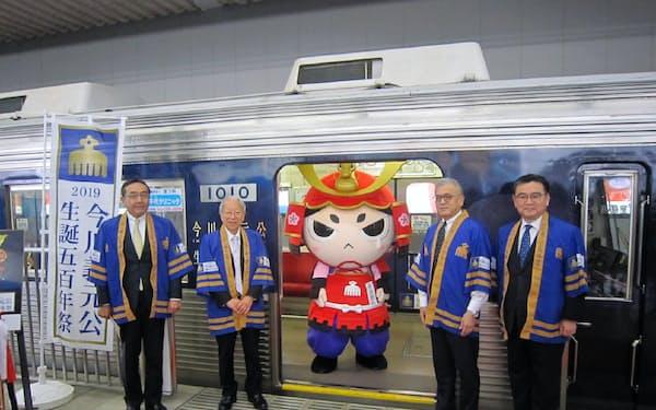広報キャラクター「今川さん」がラッピング車両の初の乗客となった(8日、静岡市)