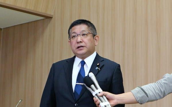 記者会見する塚田氏(17日、新潟市)