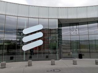 エリクソンは世界の通信キャリアに5Gの設備を提供する(スウェーデンのエリクソン本社)=ロイター