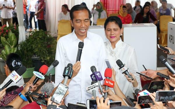 投票を終え、報道陣の質問に答えるジョコ大統領(左)=17日午前、ジャカルタ(三村幸作撮影)