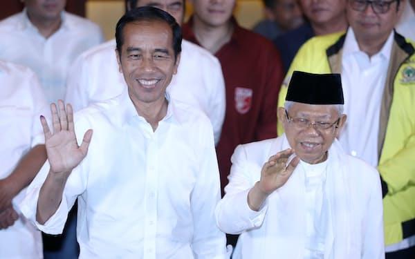 大統領選後に記者会見するジョコ大統領(左)と副大統領候補のアミン氏(17日午後、ジャカルタ)
