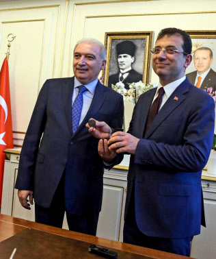 17日、イスタンブール市長に就任したイマモール氏(右)(イスタンブール市庁舎)=アナトリア通信