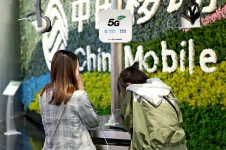 米国は中国の通信会社にも警戒を強めている(上海にある中国移動の店舗)=ロイター