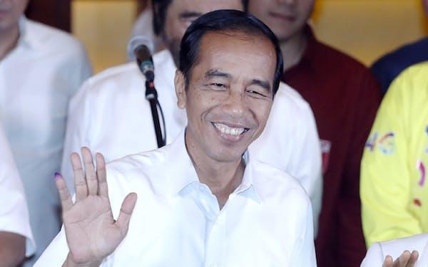 インドネシア大統領選を終え、記者会見するジョコ大統領(17日、ジャカルタ)=三村幸作撮影