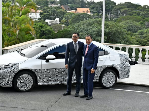 エタノール対応のカローラHVを発表するブラジルトヨタのラファエル・チャン社長(左)とサンパウロ州のドリア知事(17日、サンパウロ)