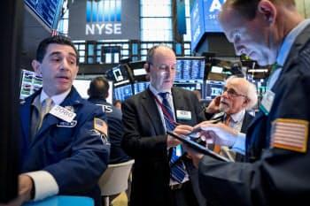 ニューヨーク証券取引所(NYSE)のトレーディングフロア=ロイター