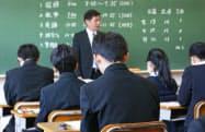 全国学力テストに臨む中学3年生(18日午前、東京都内)