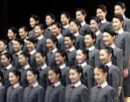 宝塚音楽学校の入学式で、写真に納まる新入生(18日午前、兵庫県宝塚市)=共同