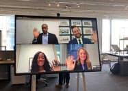 マイクロソフトが6月に発売する「サーフェスハブ2S」はビデオ会議など自社アプリを使いやすくした(米ニューヨークでの発表会)