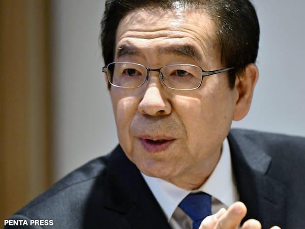 日本経済新聞のインタビューに答える朴元淳ソウル市長(ソウルで)=PENTA PRESS