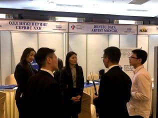 モンゴルで開いた就職説明会では高専の生徒らが熱心に担当者の話を聞いていた(ウランバートル市)