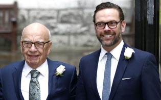 ジェームズ・マードック氏(右)と、「メディア王」として知られる父親のルパート・マードック氏=ロイター