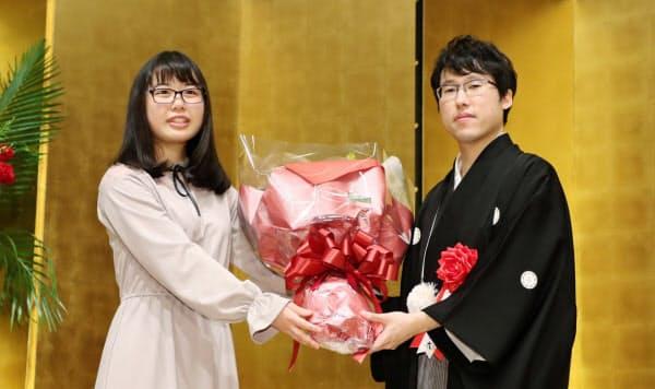 大森らん初段(左)は井山裕太王座の就位式で花束を贈呈した(3月、大阪市)