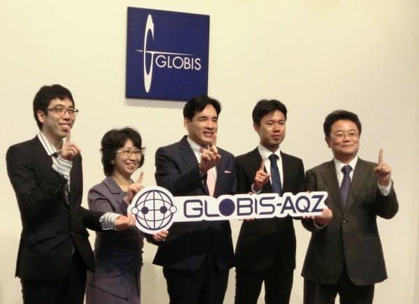 プロジェクトを発表する囲碁AI「AQ」開発者の山口祐氏(右から2人目)ら(18日、東京都千代田区)