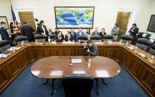 米議会下院でロス商務長官のために用意された証言席。本人は姿を現さなかった(4月3日、ワシントン)=AP