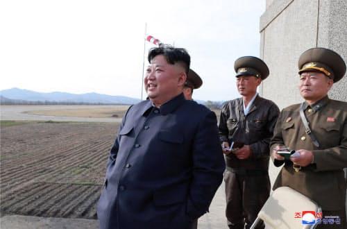 16日に空軍の飛行訓練を視察した金正恩氏=朝鮮中央通信・朝鮮通信