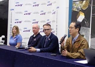 米探査機「オシリス・レックス」のチームのダンテ・ローレッタ教授(右から2人目)らとJAXAの津田雄一プロジェクトマネージャ(右)(18日、相模原市)