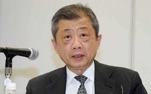 取締役辞任について記者会見するLIXILグループの潮田洋一郎会長兼CEO(18日、東京都港区)