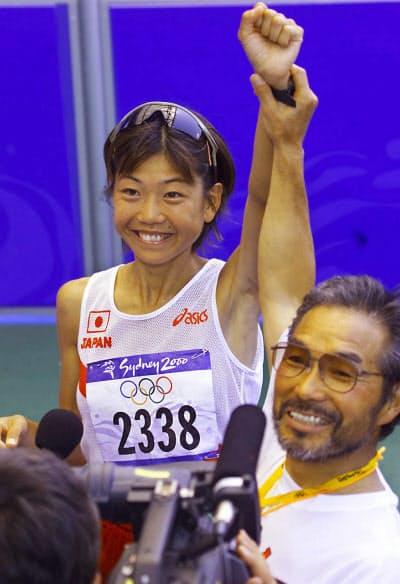 シドニー五輪女子マラソンで高橋尚子が優勝し、高橋選手(左)の腕を掲げる小出義雄監督(2000年9月24日)=鈴木健撮影