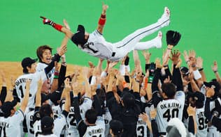 北海道に移転3年目で日本ハムはパ・リーグ優勝を果たした(胴上げされる新庄選手、06年)