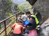 台湾花蓮県の太魯閣渓谷で、地震による落石で負傷した観光客を救助する当局者ら(18日、中央通信社)=共同