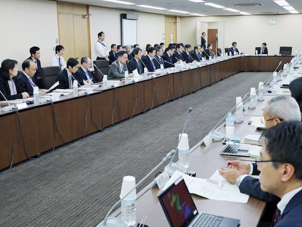 安全基準策定指針の改定などについて話し合う重要インフラ専門調査会(18日、東京・霞が関)