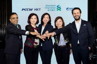 香港で仮想銀行の概要を発表するスタンダードチャータード幹部ら