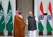 サウジアラビアのムハンマド皇太子(左)のインド訪問以降、サウジアラムコと印財閥の出資協議が加速したとされる(2月、ニューデリー)=ロイター