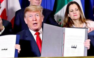 USMCAが発効すると、北米の部材をより多く使わなければ無関税の恩恵を受けられなくなる(2018年11月の調印式、ブエノスアイレス)=ロイター