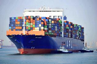 米国は輸入?#24037;?#20013;国製品の一部品目を制裁関税の対象から外している(中国のコンテナ船)=AP