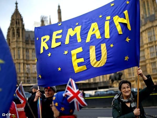 英国会前でEU残留を訴える人々=ロイター