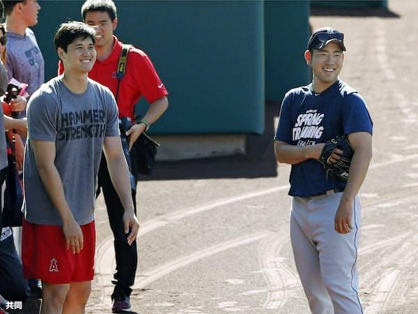 試合前、エンゼルス・大谷(左)と談笑するマリナーズ・菊池(18日、アナハイム)=共同