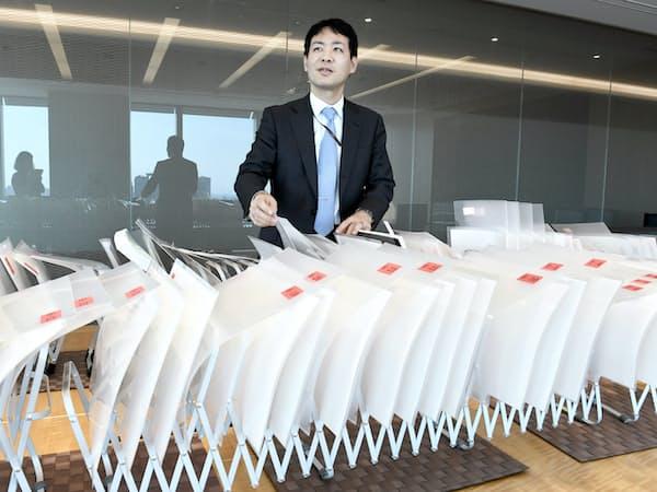 M&Aの書類を整理する蛇腹式ドキュメントホルダーについて話す三上二郎弁護士(東京都千代田区)