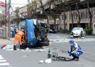 事故現場を調べる警視庁の捜査員ら(19日午後、東京都豊島区)