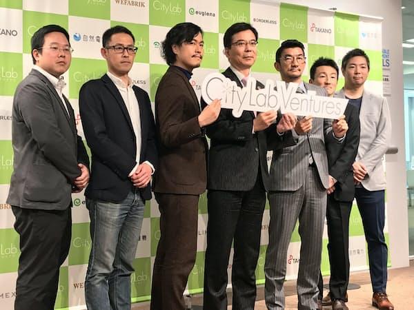 東京建物の福居取締役(中央)と、同社のコワーキングスペースを拠点にしたコミュニティ「シティラボベンチャーズ」のメンバーら(19日、東京・中央)