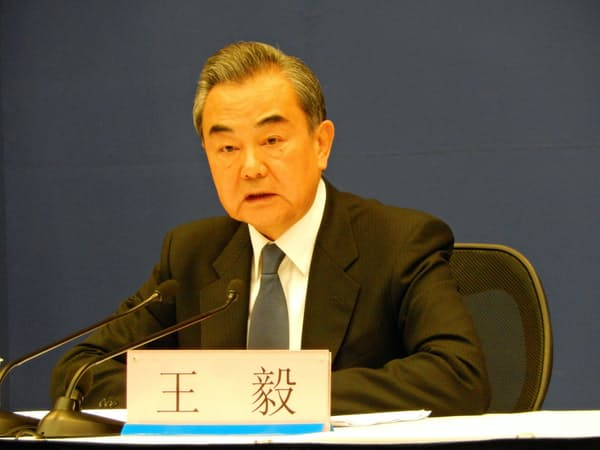 「一帯一路」首脳会議の開催を発表する中国の王毅外相(19日、北京市内)