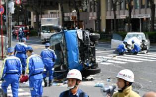 事故現場を調べる警視庁の捜査員ら(4月19日、東京都豊島区)