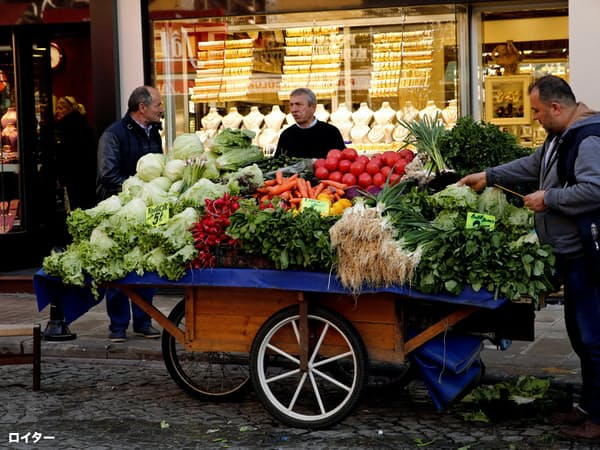 トルコリラの急落は食料品価格などの上昇につながっている(11日、イスタンブール)=ロイター
