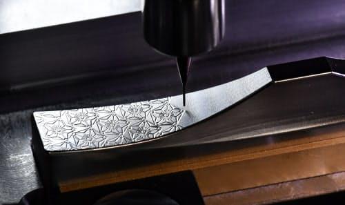 シャープペンシルの芯ほどの刃先で桜の模様を描く