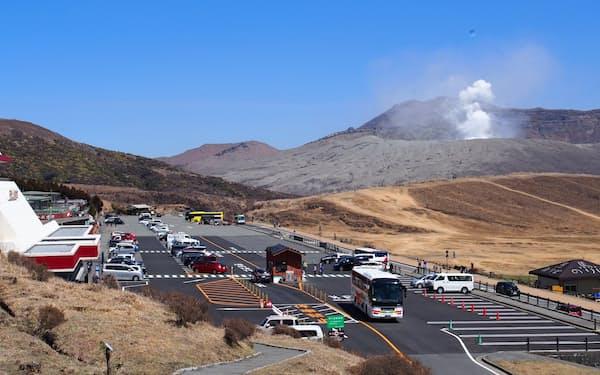 阿蘇山上への観光客への戻りは鈍い(3月、熊本県阿蘇市)