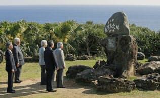 日本最西端の岬・西崎で、日本最西端の碑を見学する天皇、皇后両陛下(2018年3月28日、沖縄県・与那国島)=共同