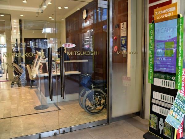 三越札幌店は店舗の入り口に充電用バッテリー貸出機器を設置した(19日、札幌市)