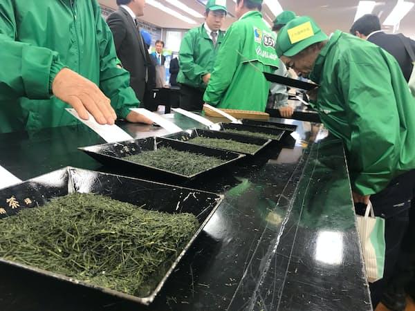 新茶の価格は前年より大幅高で始まった(19日、静岡茶市場)