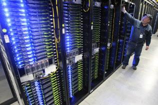 米IT大手は台湾受託生産企業にサーバー関連機器の生産を中国外に移すよう求めている(米フェイスブックのデータセンター)=AP