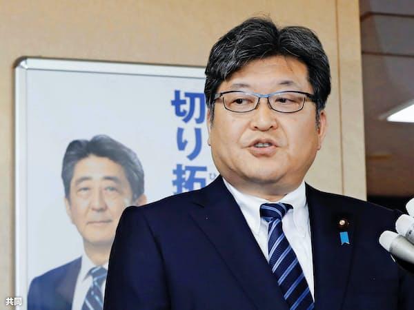 記者団の質問に答える自民党の萩生田光一幹事長代行(19日午後、党本部)=共同