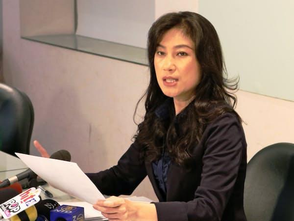 記者会見する台湾行政院のグラス・ユダカ報道官(19日、台北市内)