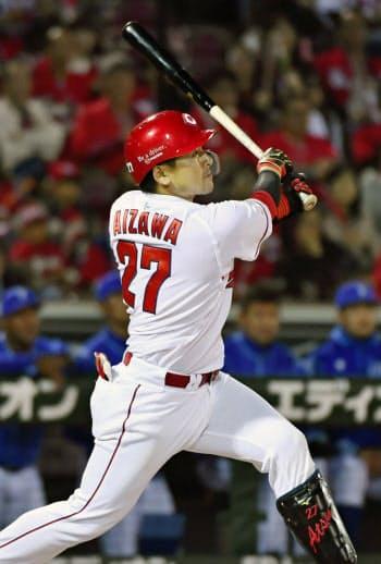 10回広島1死満塁、会沢が中越えにサヨナラ打を放つ(19日、マツダ)=共同