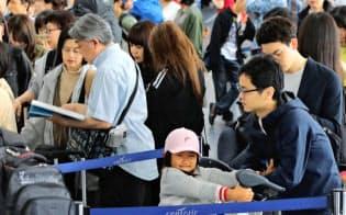 今年は10連休で駅や空港が旅行者で混雑しそうだ(写真は昨年の中部国際空港の様子)